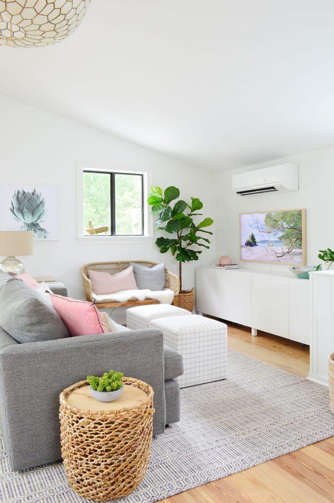 Гостиная со сводчатым потолком и местом для хранения вещей Ikea Besta под телевизором