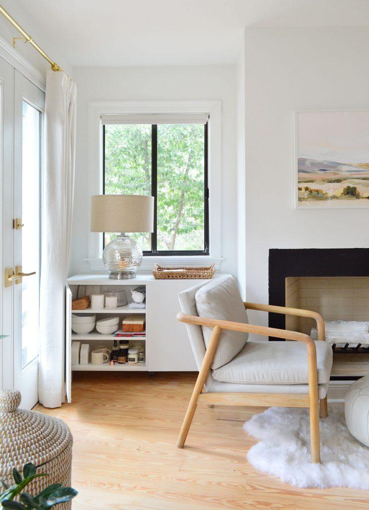 Кабинет Besta в спальне с открытой дверью, демонстрирующий хранение декораций