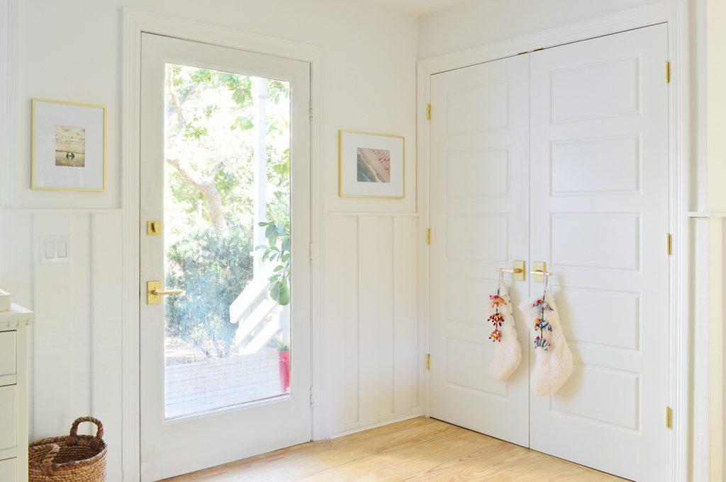 Входная дверь рядом с шкафом для стирки с чулками на ручке