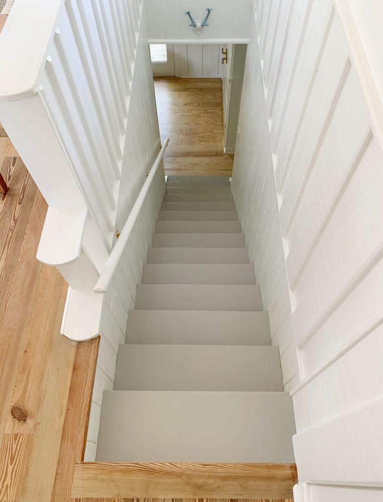 Вид на серые ступени лестницы сверху