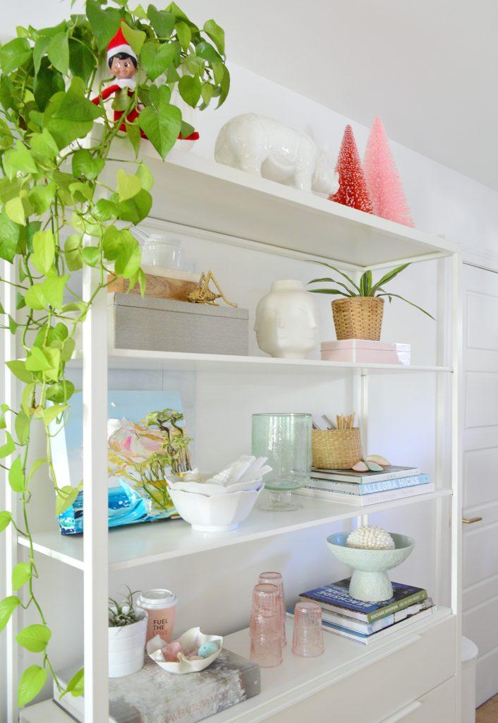 Белые металлические кухонные полки с растениями Деревья-щетки для бутылок и эльф на полке