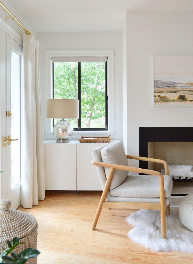 Шкаф Ikea Besta под окном в спальне с лампой