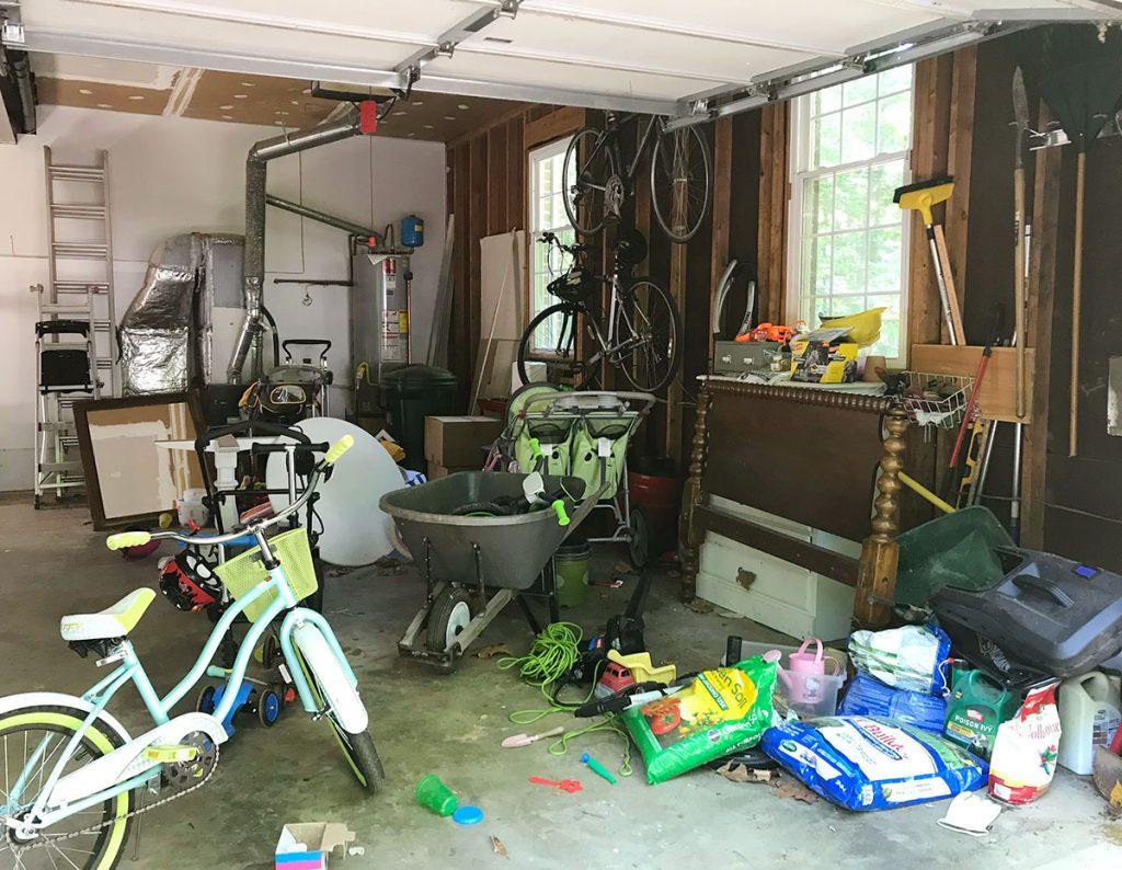 Беспорядочный гараж с велосипедной мебелью и случайными уличными принадлежностями