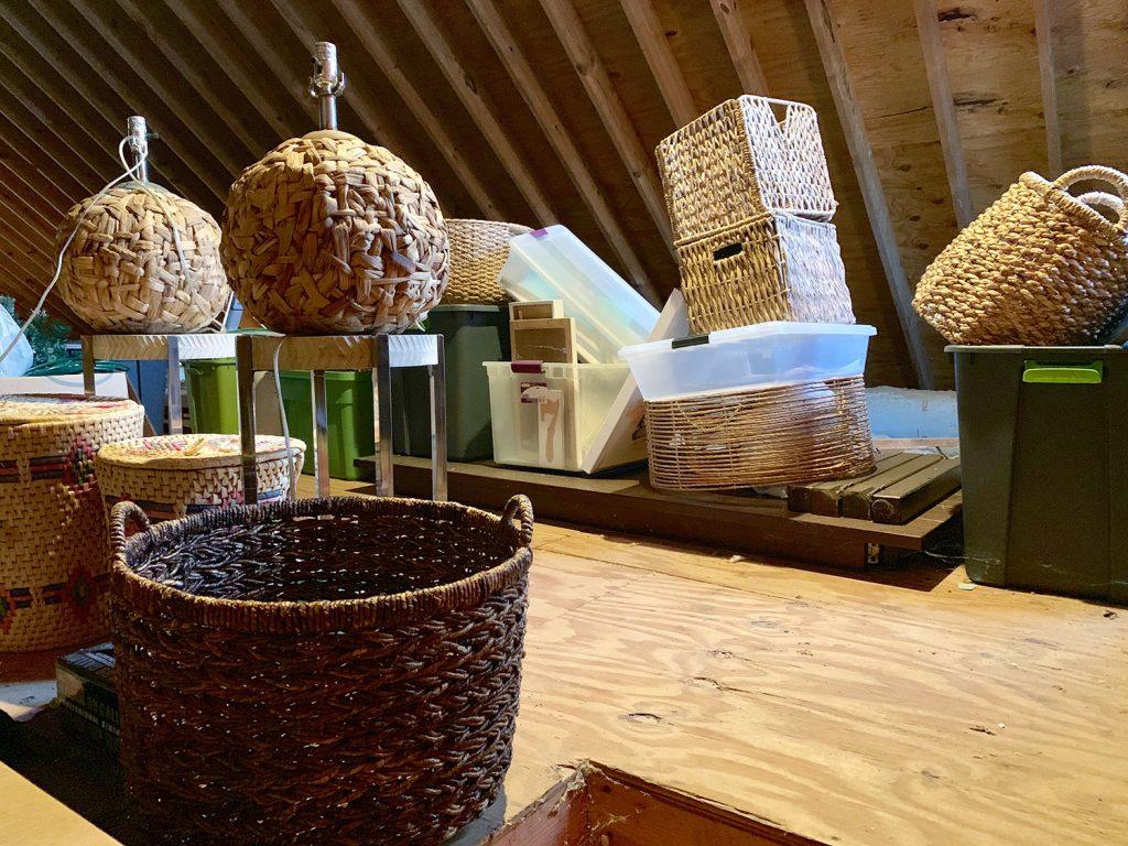 Чердак с различными плетеными корзинами и лампами