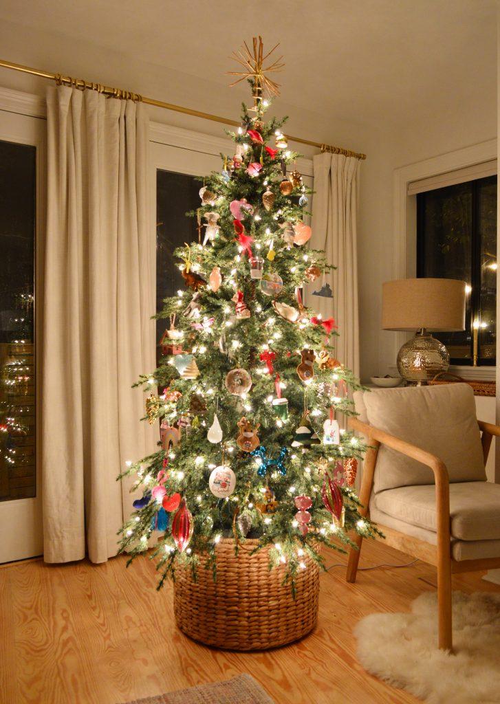 Светящаяся рождественская елка, отраженная в окнах