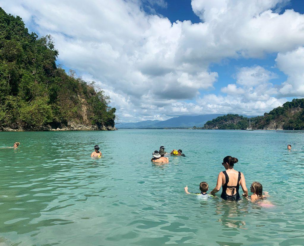 Пляж Коста-Рики с детьми и Шерри в воде