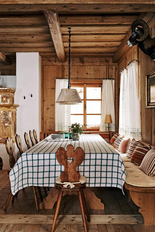 тур по альпийскому дому классические австрийские стулья и клетчатый скатерть