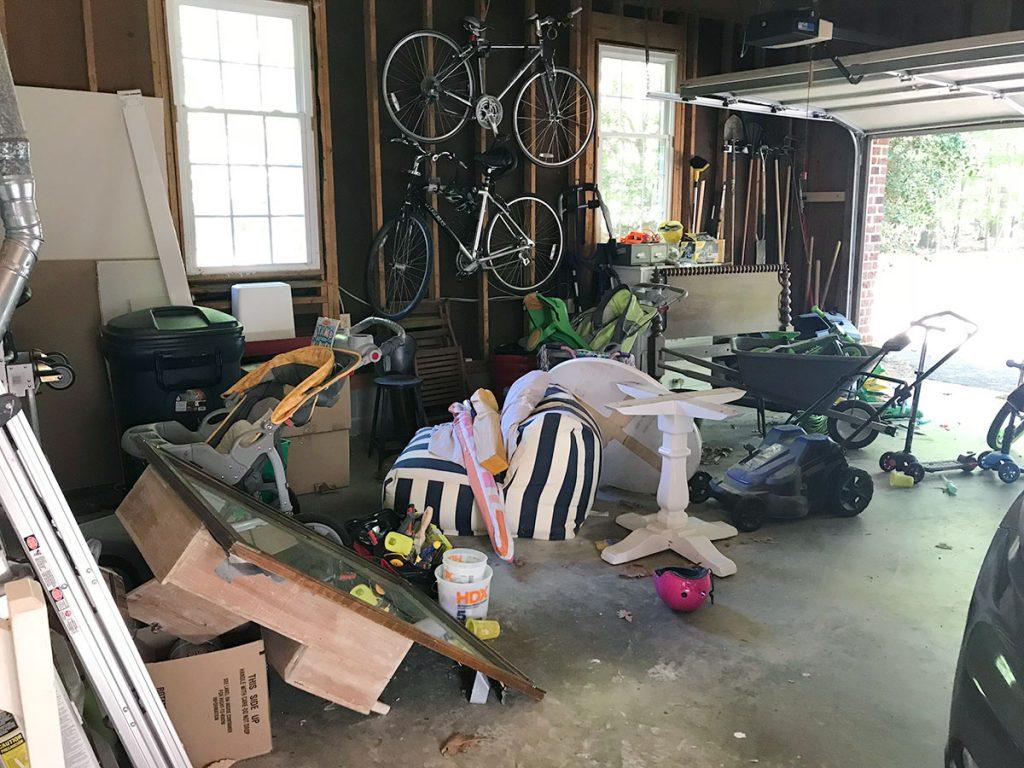 Грязный гараж с велосипедами и запасной мебелью