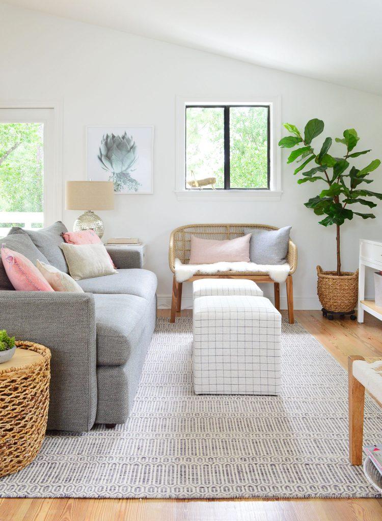 Семейный номер с диваном в полосатых пуфиках и тканой скамейке