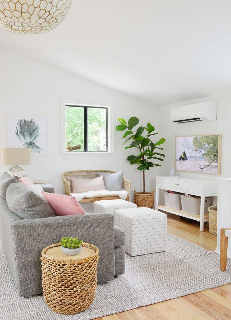 ТВ-зона с диваном в полоску и плетеной скамьей