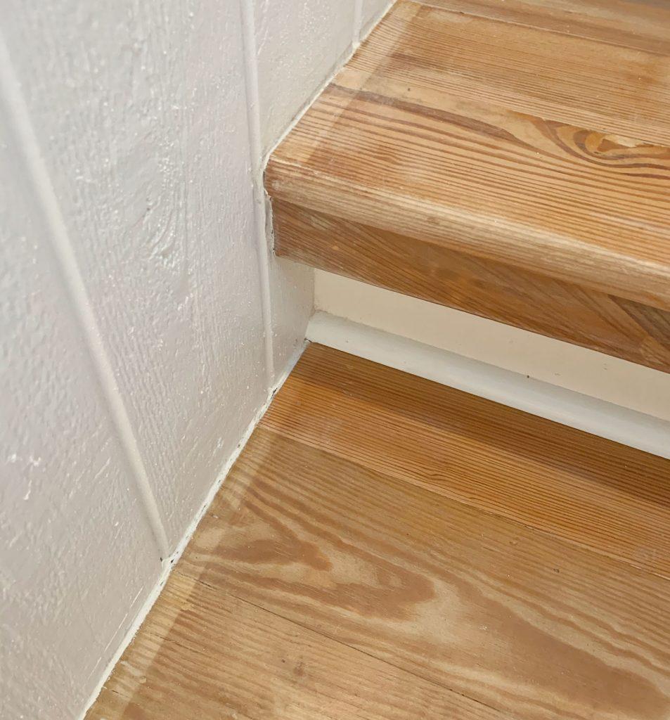 Крупным планом фото деревянной лестницы с обесцвеченной рамкой
