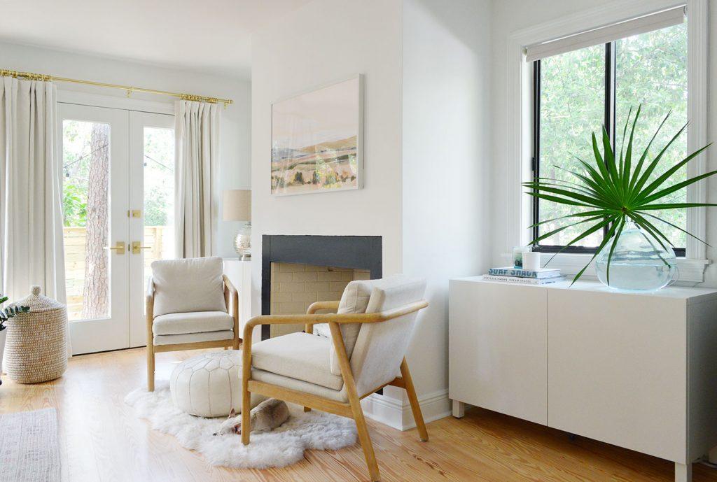 Белый шкаф Ikea Besta под окном в спальне за стулом