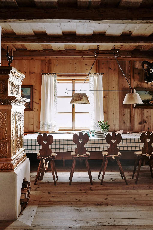тур по альпийскому дому классические австрийские стулья и клетчатая скатерть