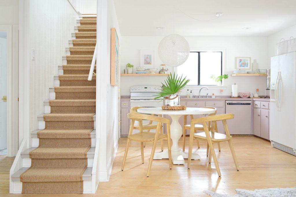 Кухня с лиловыми шкафами и лестницы с сизалевым бегунком