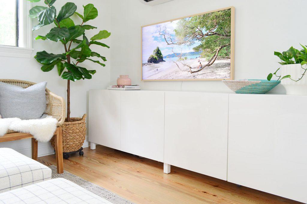 Два белых шкафа Ikea Besta в виде длинной медиа-консоли под телевизором