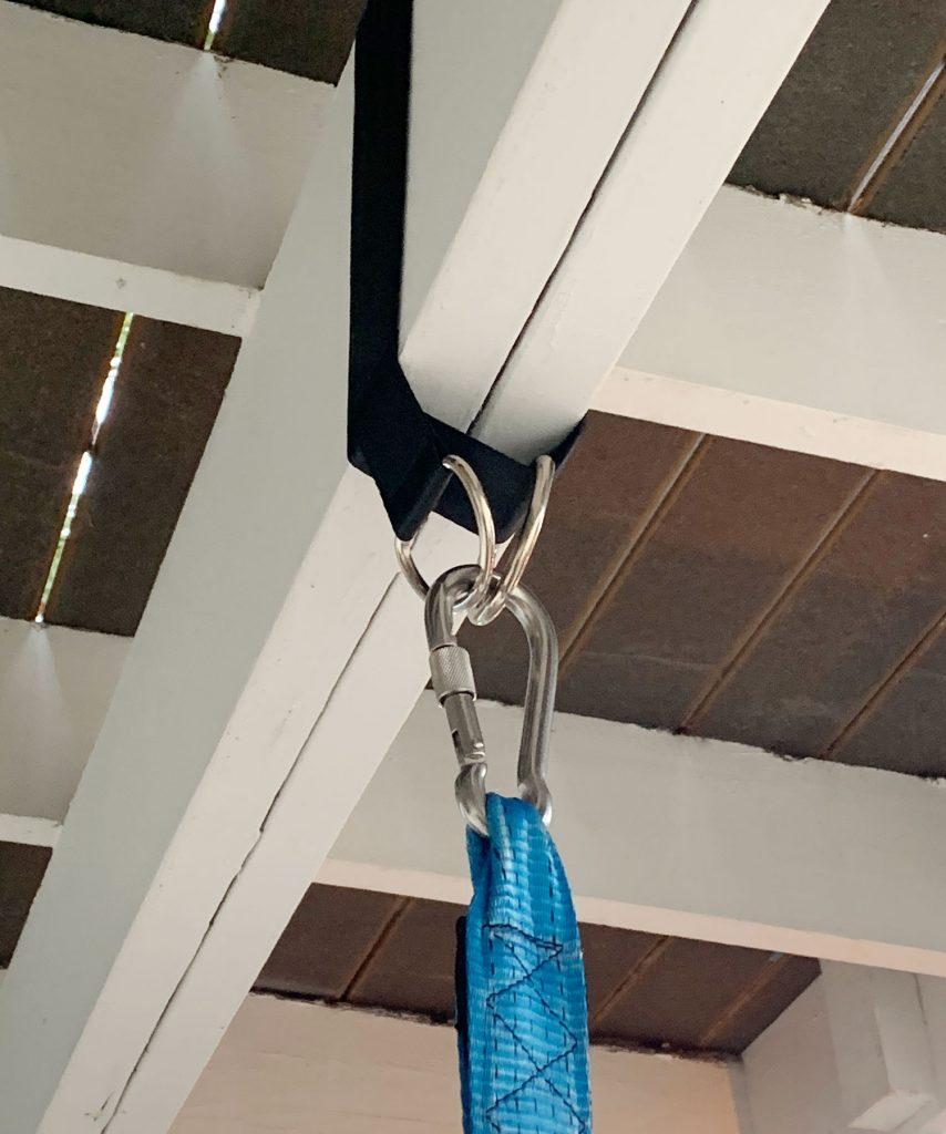 Крупный план: нейлоновый ремень, обернутый на веранде, с палаткой, прикрепленной к d-образным кольцам