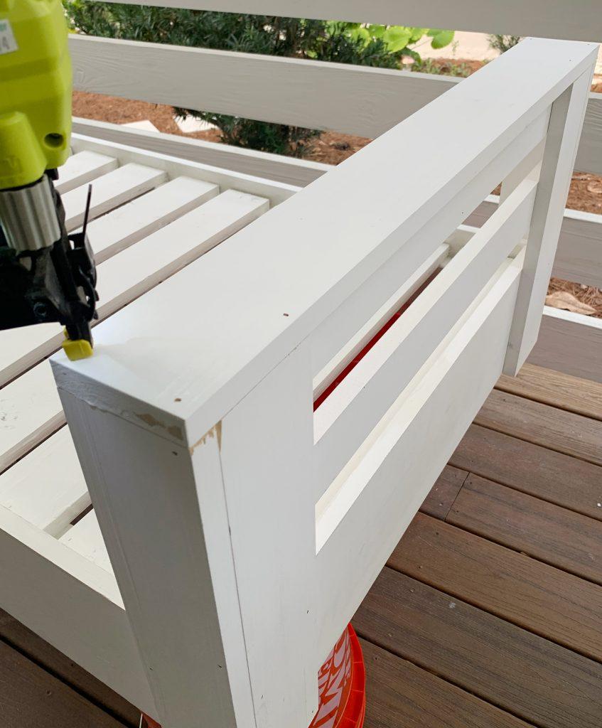 Прикрепление верхней части к подлокотнику кушетки