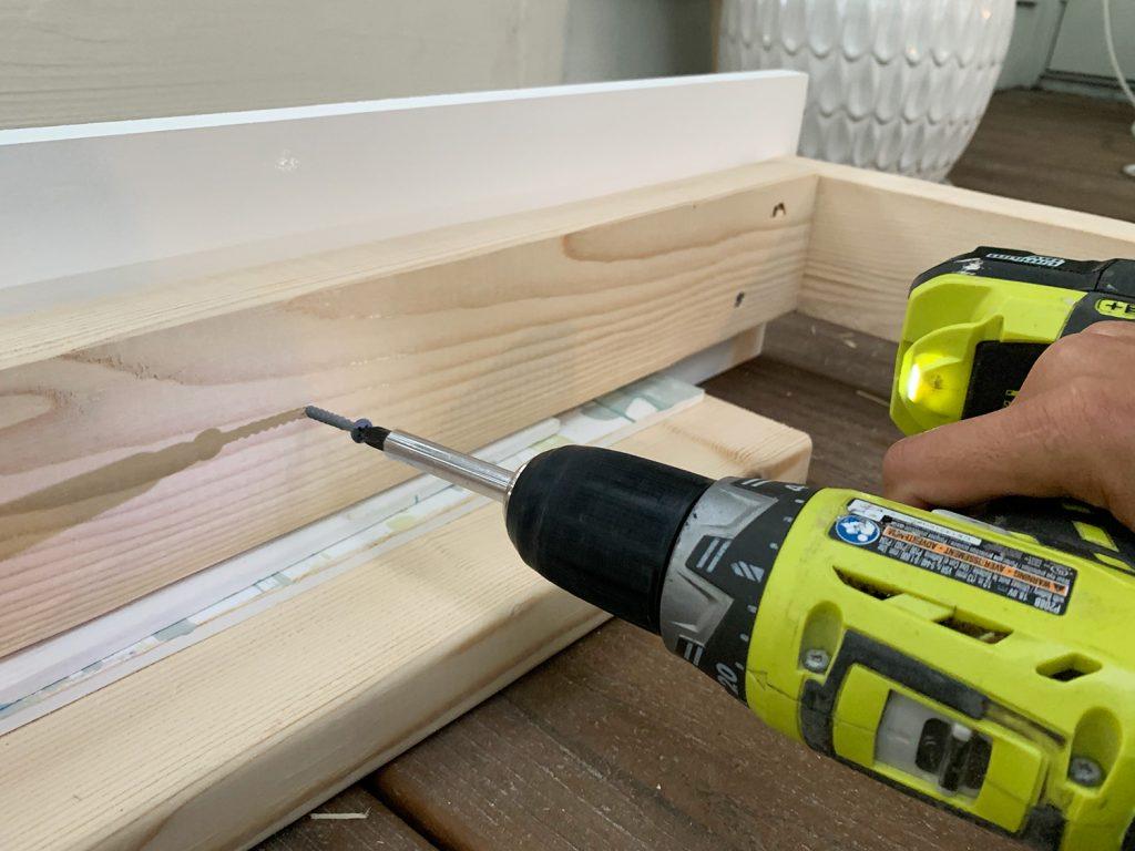 Прикручивание деревянной рамы 2x4 к белой доске 1x8