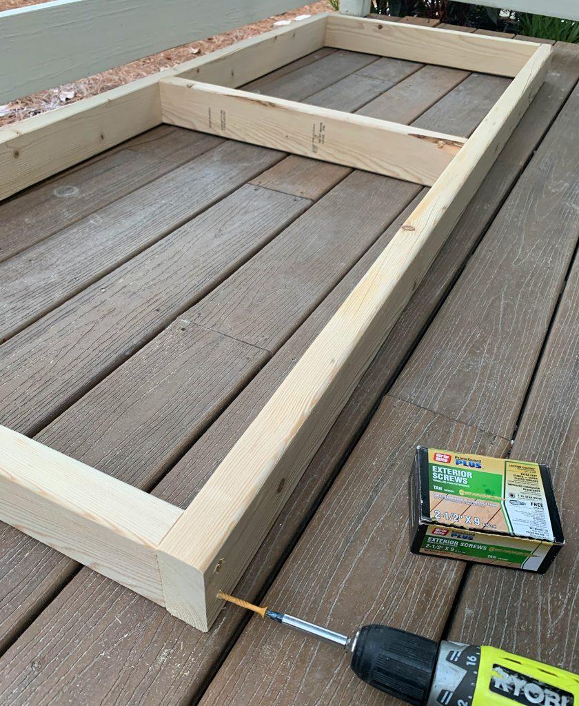 Свинчивание деревянной рамы 2x4 для подвешивания кушетки