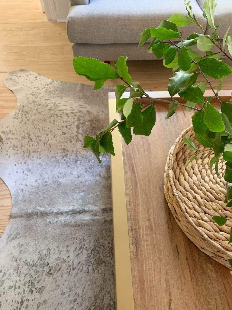 Закрытый ящик деревянного журнального столика с латунным акцентом сверху