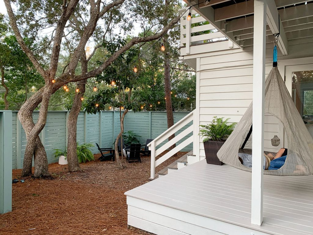 Вид на боковой двор и крытую боковую веранду с подвесными качелями