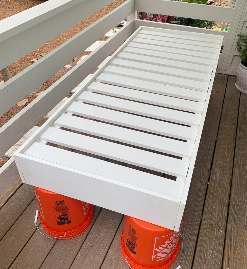 Каркас кушетки полностью сконструирован и выкрашен в белый цвет