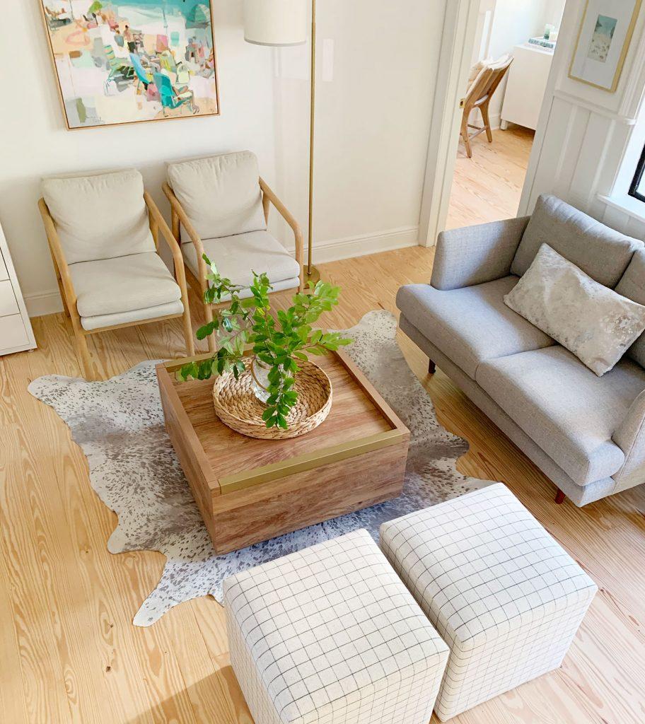 Вид сверху на гостиную с деревянным журнальным столиком посередине