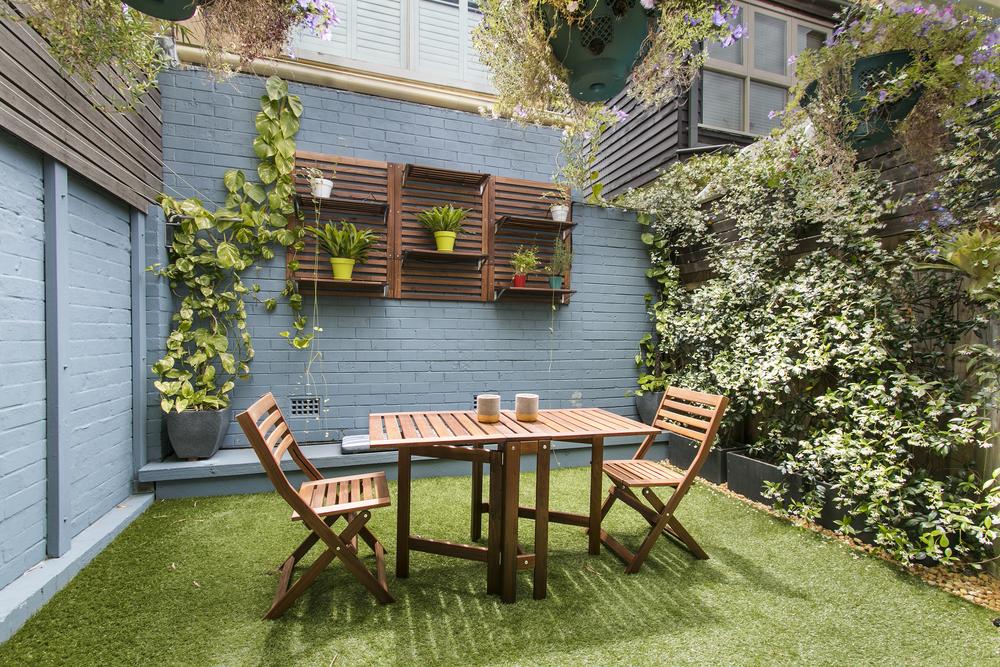 Экологичные дома </li> </ul> <h2>» width=»600″ height=»400″ loading=»lazy»/> </p> <p> Это самый простой экологический импульс, который вы можете дать своему дому. Если вы начинаете с нуля, посетите ближайший питомник и выберите комнатные и уличные растения, которые подходят для солнечного света и направления вашего дома. Такие растения, как потос, драцена, мирная лилия и каучуковые растения, являются естественными очистителями воздуха, помимо того, что они хорошо выглядят. </p> <ul> <li> Выращивайте на своей террасе, заднем дворе или балконе грядки овощей (особенно листовые овощи, зеленый перец чили и лимоны). Приятно иметь возможность сорвать их со своего сада без пестицидов и использовать в повседневной кухне. </li> <li> Украсьте голый подоконник группой суккулентов в горшках. Посадите бамбук или высокие пальмы, чтобы они служили зеленой границей для уединения на территории или на балконе. </li> <li> Вертикальный сад или живая стена — еще одна широко популярная идея. </li> <li> Поэкспериментируйте с различными горшками для цветов, такими как подвесные бетонные. , и колоссальные глиняные котлы, если позволяет место. </li> </ul> <h2> Передайте привет дневному и энергоэффективному освещению </h2> <p><img class=
