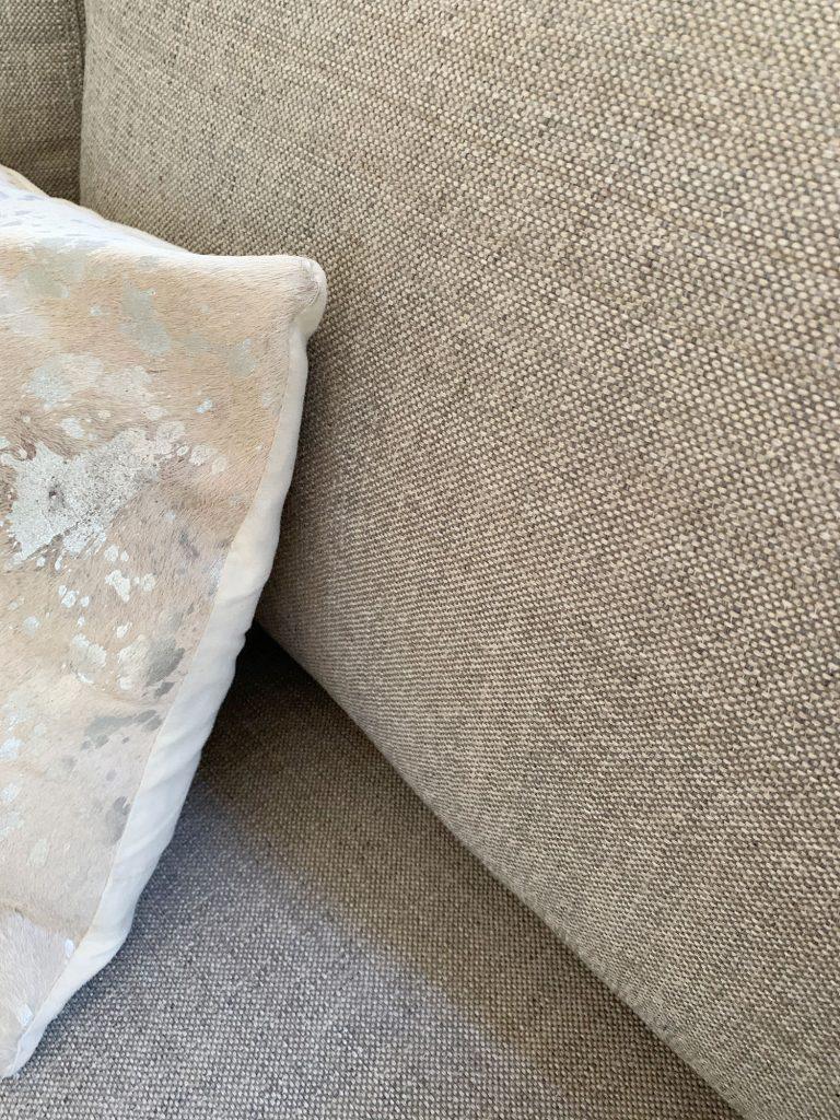 Деталь из серой ткани на диванчике