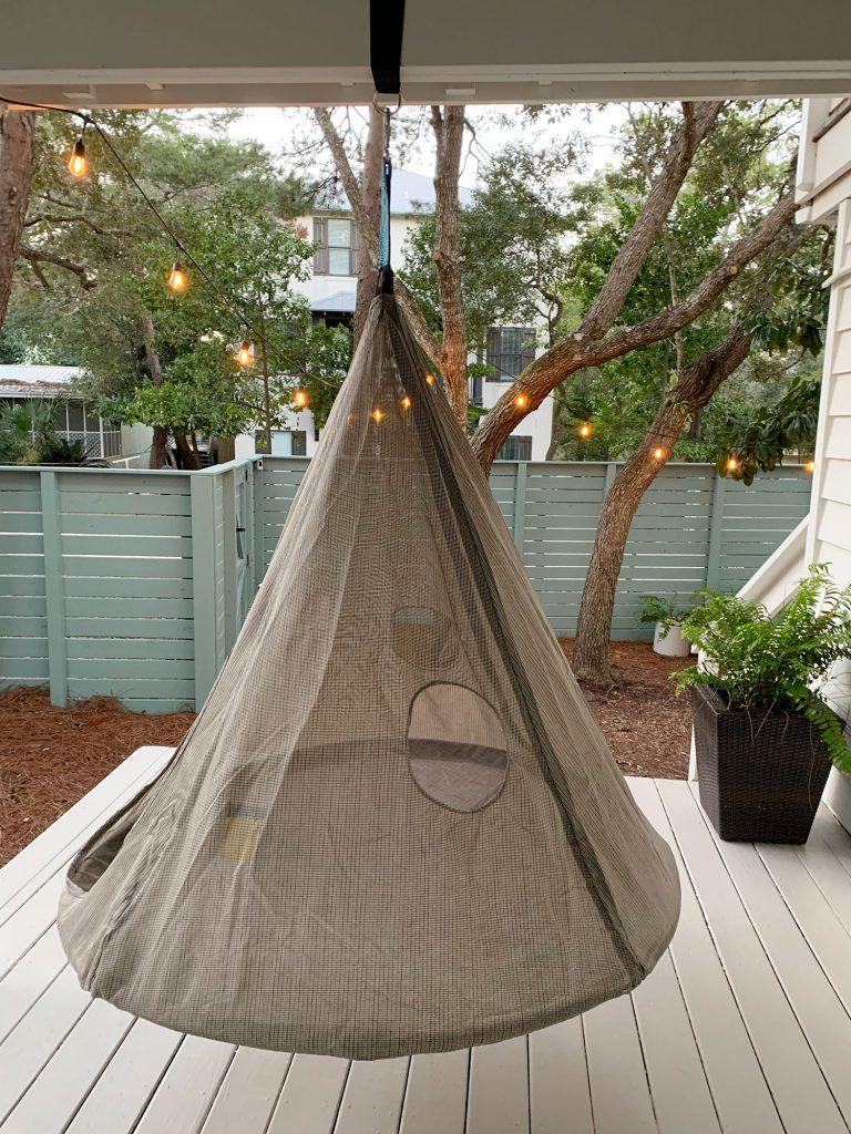 Подвесная коническая сетчатая палатка над окрашенным полом крыльца