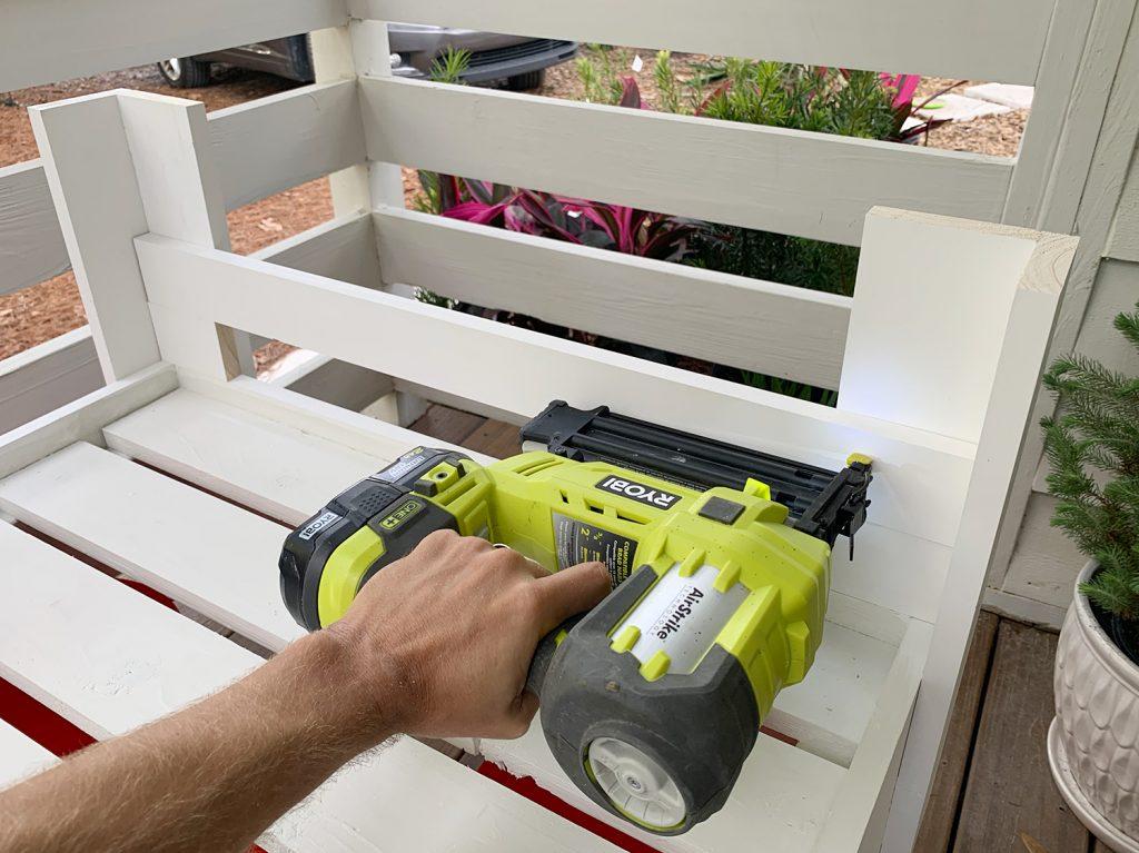 Прибивание планки 1x4 к верхней части рамы платформы