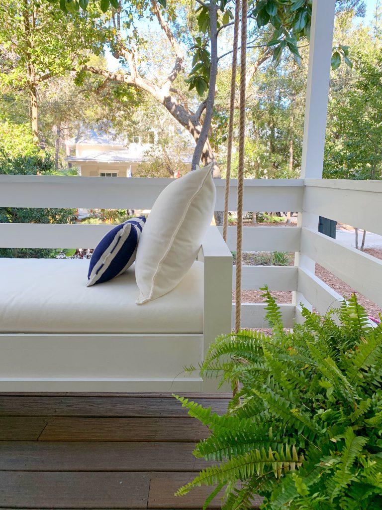 Вид сбоку готовой белой подвески Кушетка с кремовой подушкой