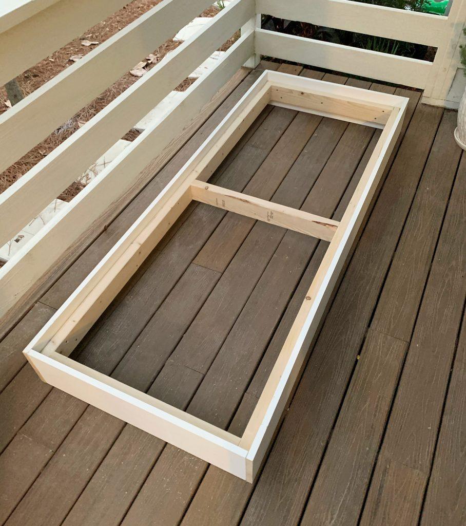 Полностью построенная рама платформы 2x4 с белым 1x8 снаружи