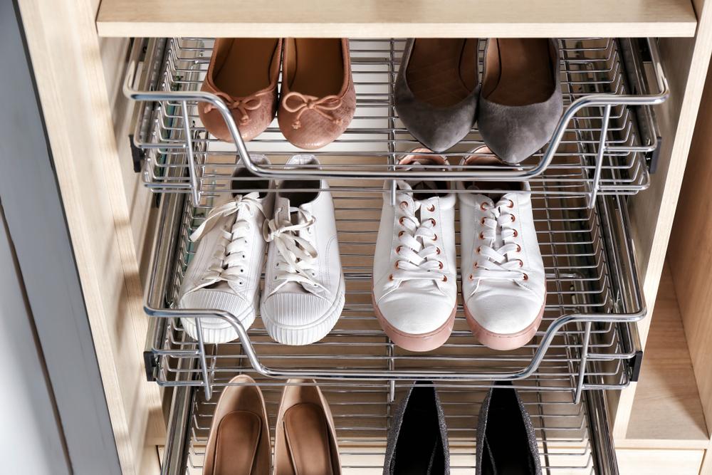 Выдвиньте лотки для обуви