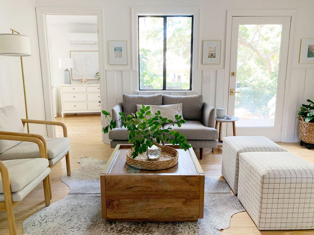 Зона отдыха, включая деревянный журнальный столик, две тахты в клетку, два кресла и серый диванчик