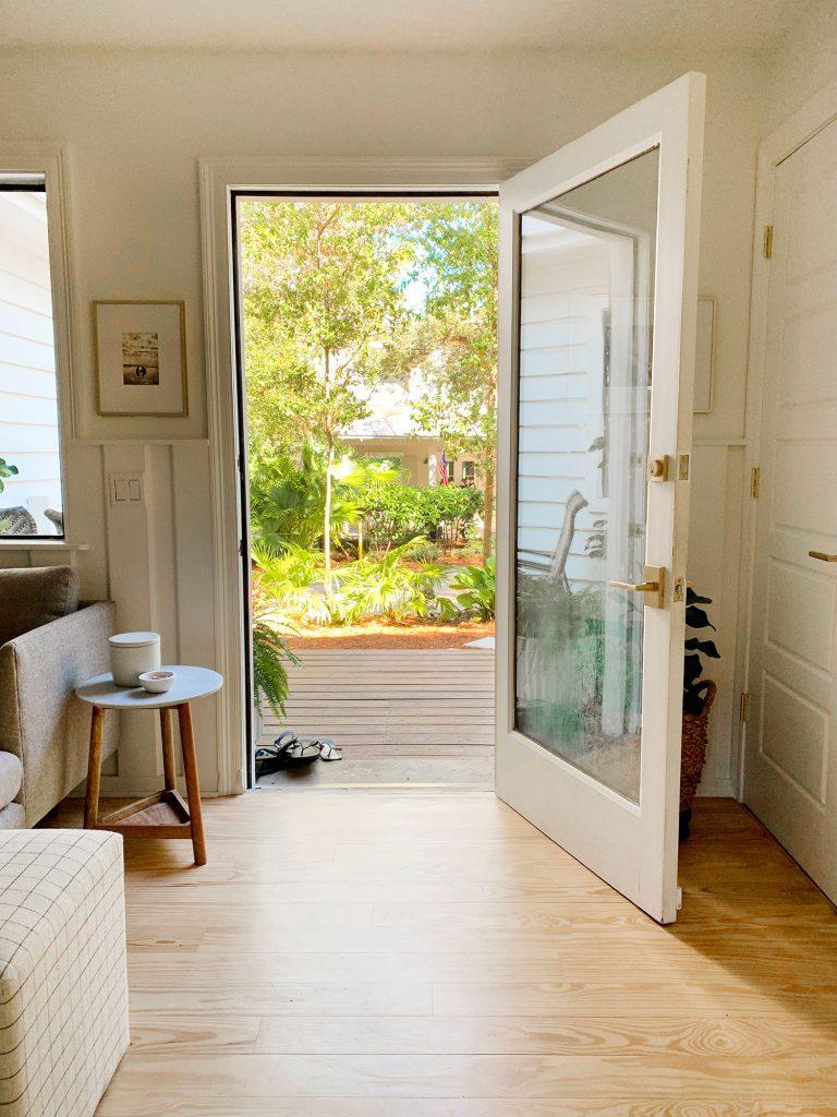 Открытая входная дверь с большим зазором
