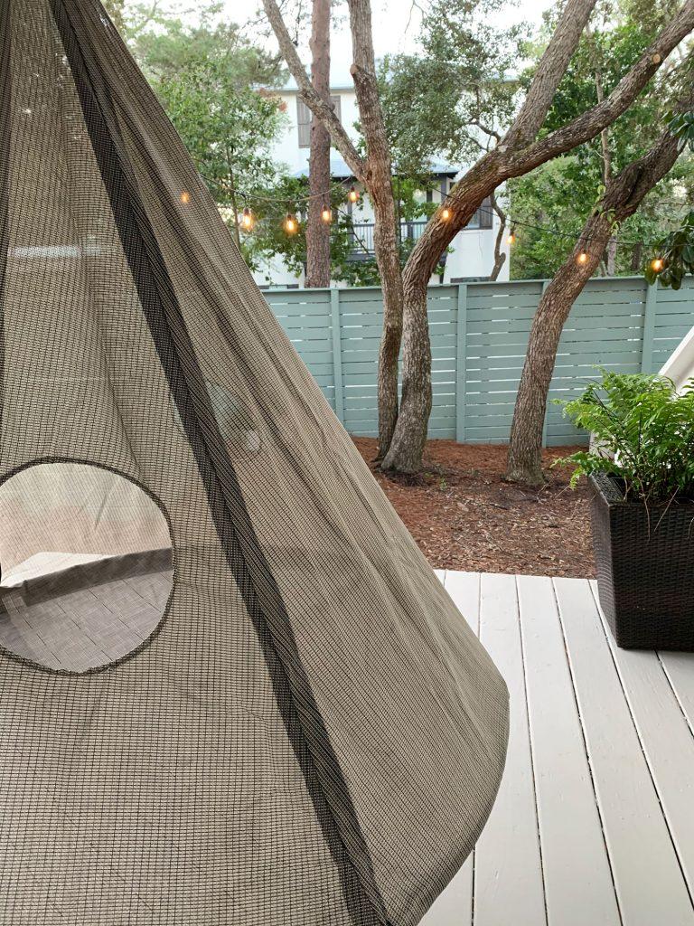 Деталь сетчатой стороны навесной палатки на крыльце
