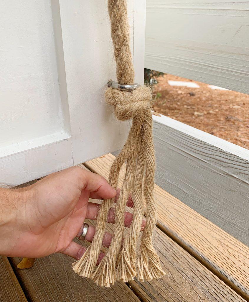 Оборванная веревка под нижней частью крючка для проушины кушетки