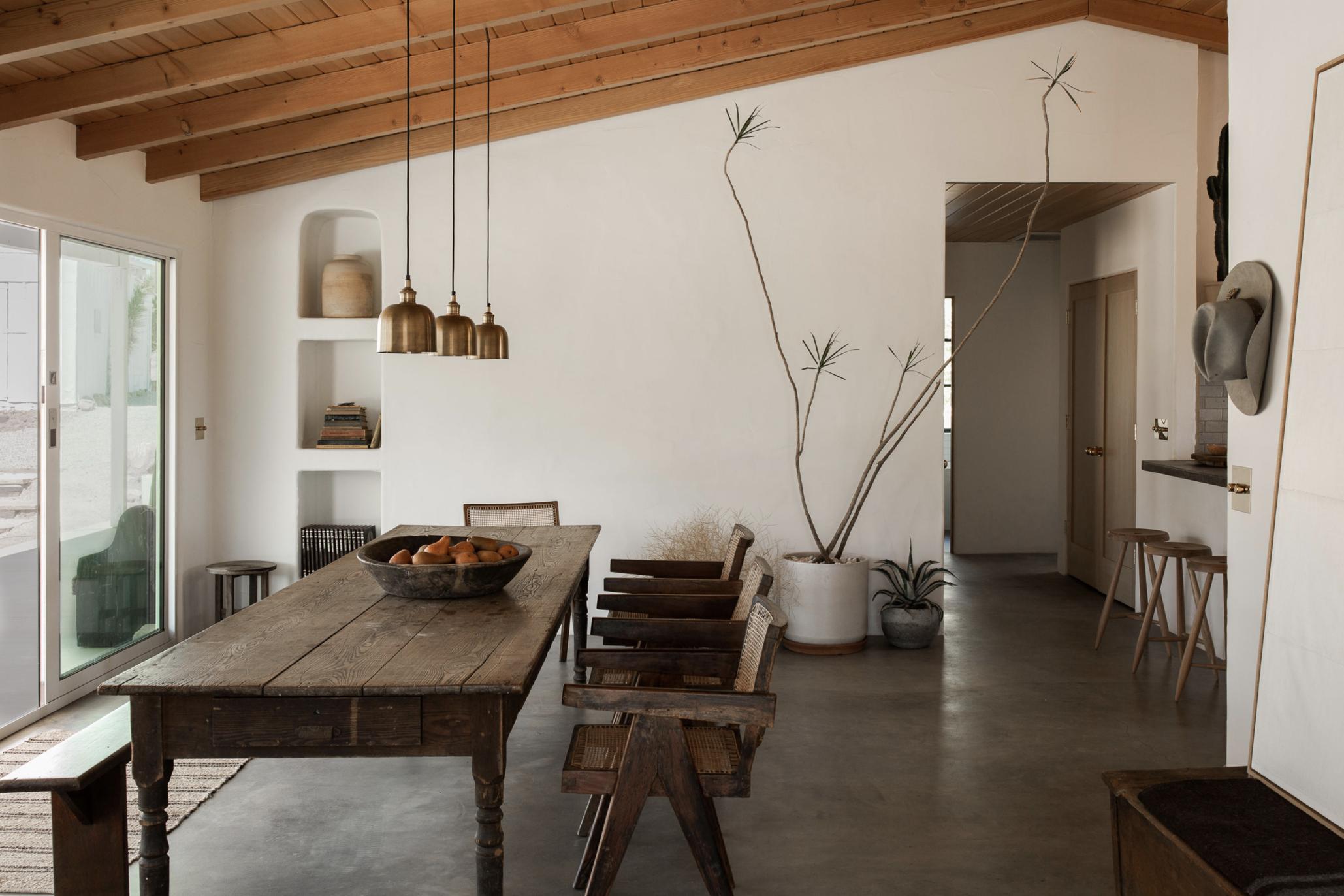 современный глинобитный дом в пустыне столовая