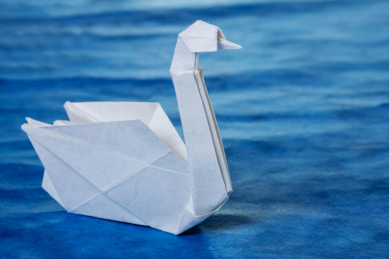 оригами из бумаги с лебедями