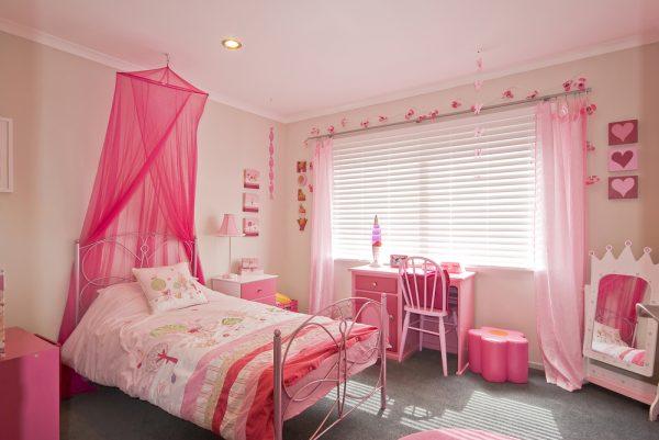однотонные шторы в детской спальне