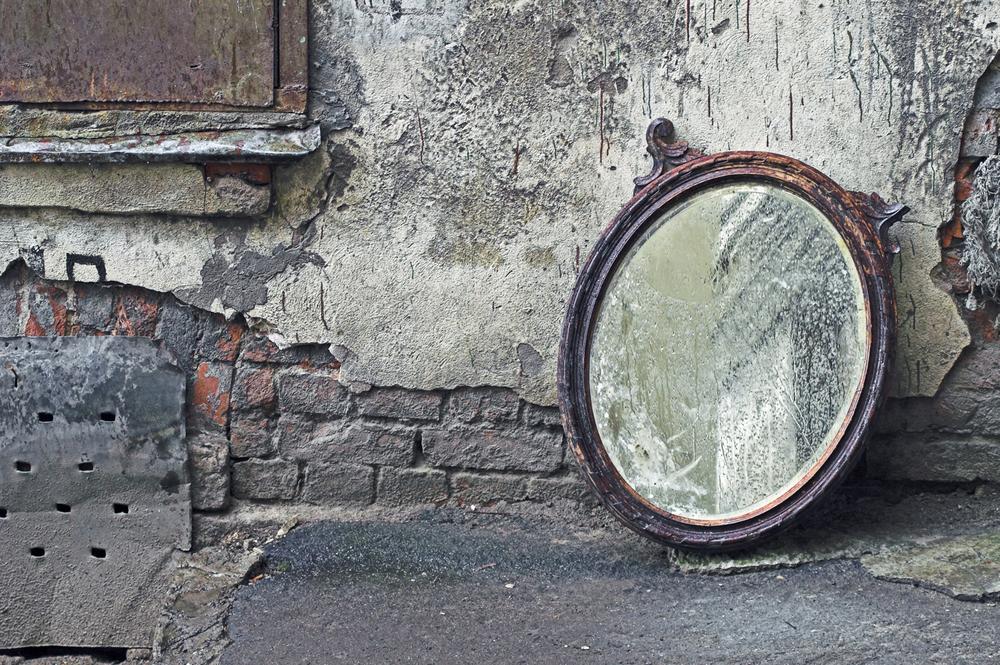 старое и разбитое зеркало