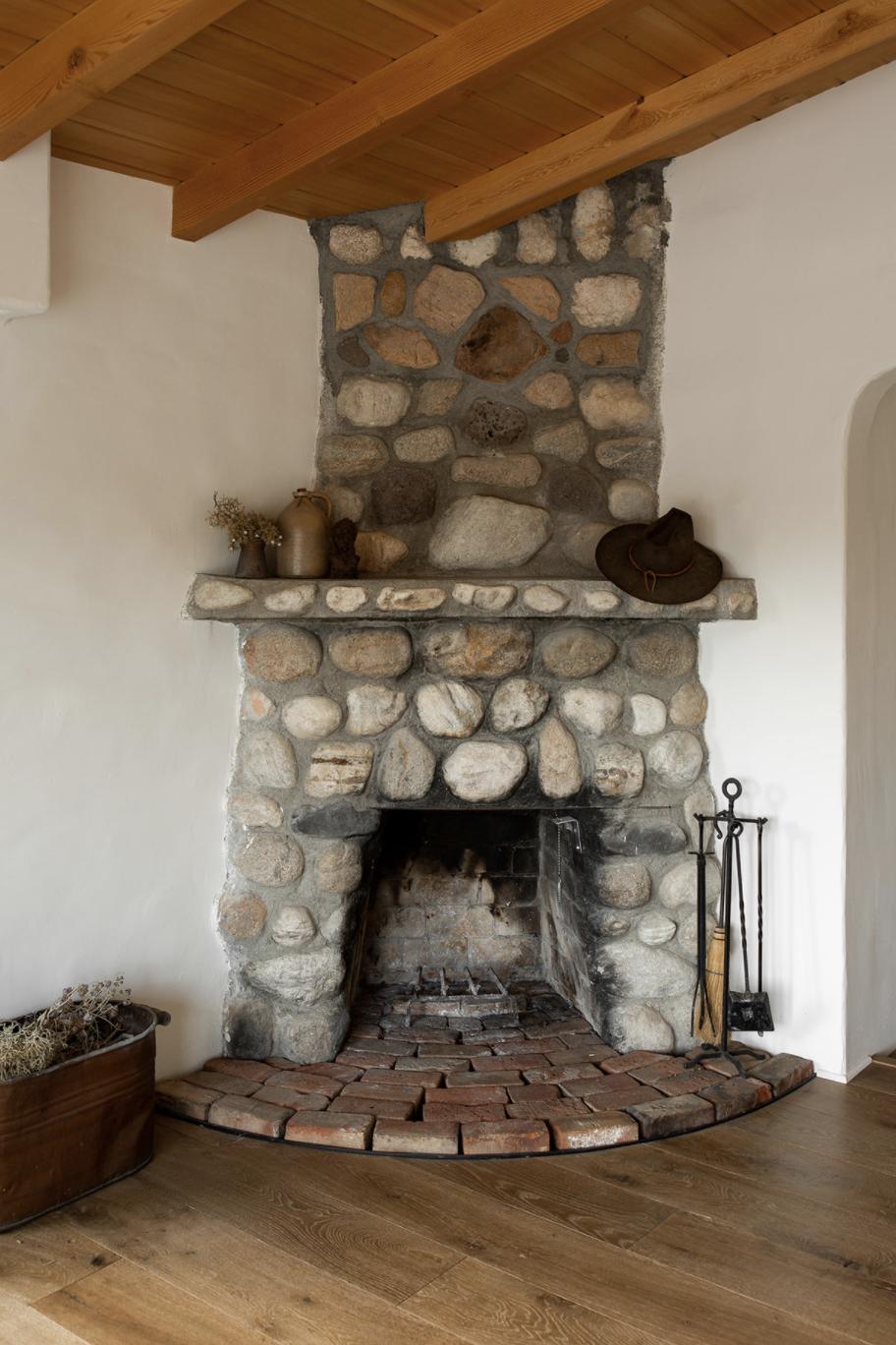 современный глинобитный дом в пустыне каменный камин