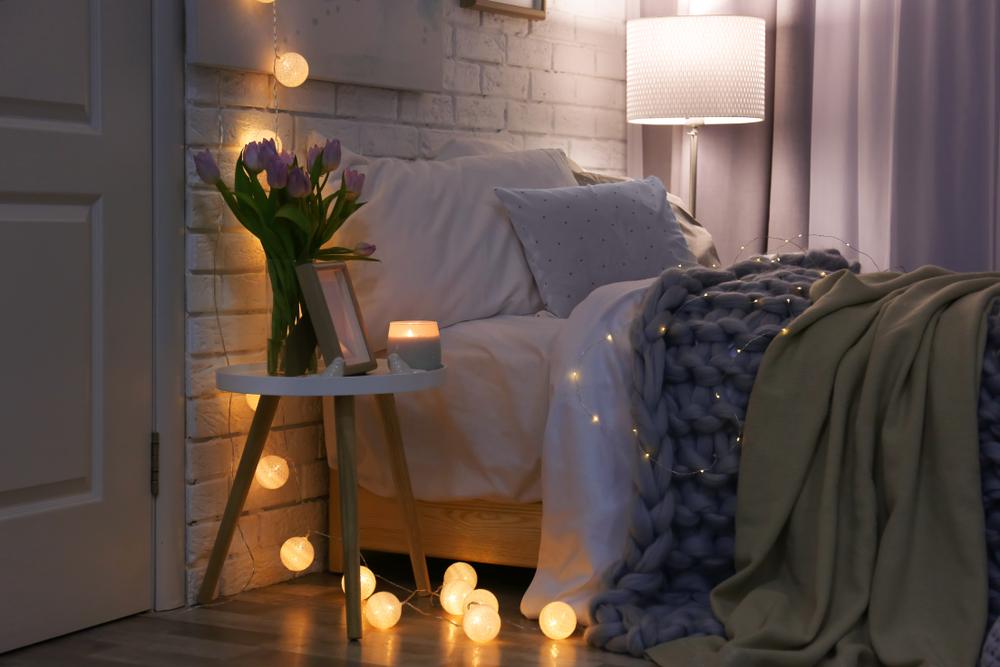струнные шариковые светильники в спальне