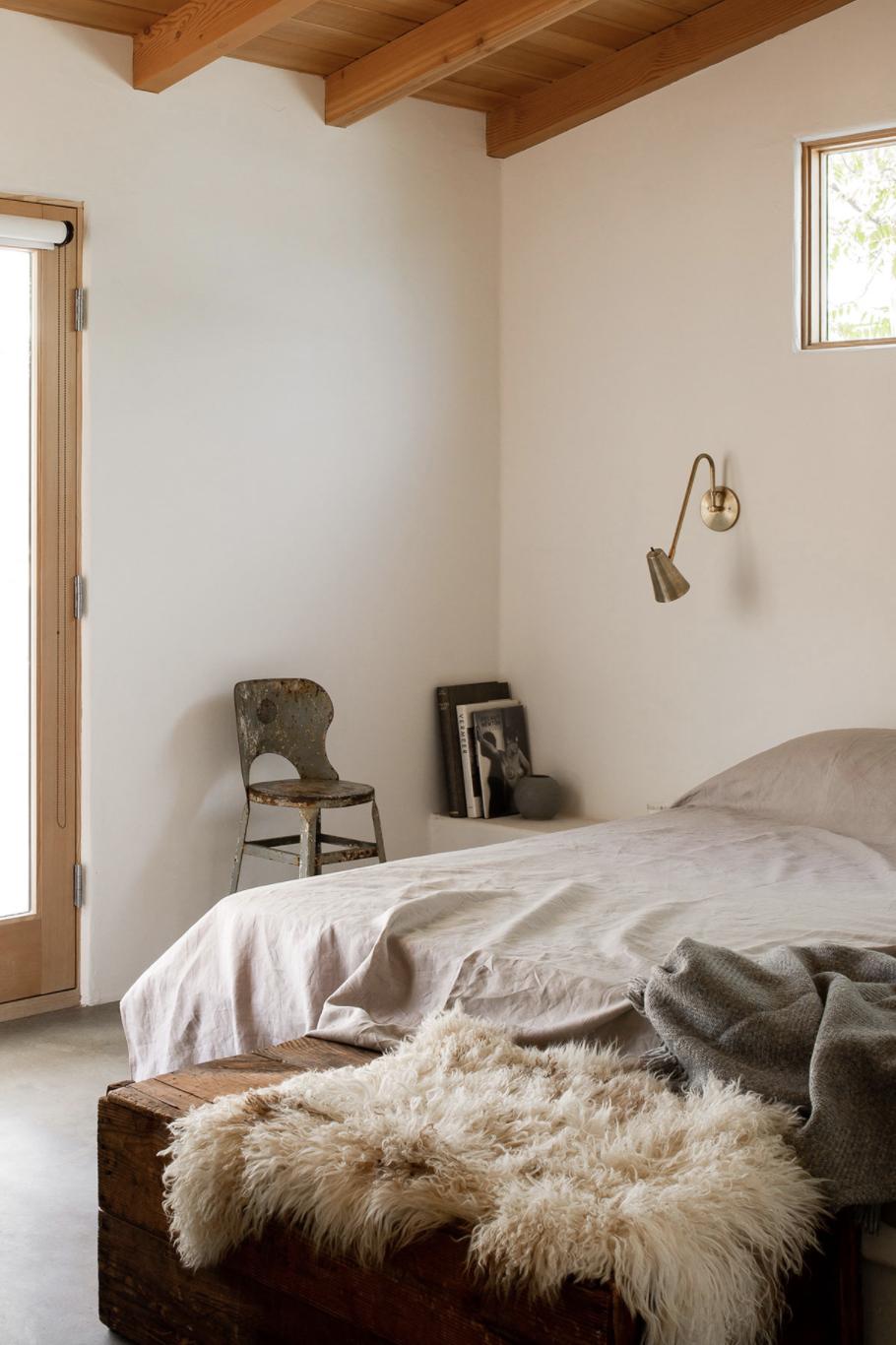 современный глинобитный дом в пустыне минималистичная спальня