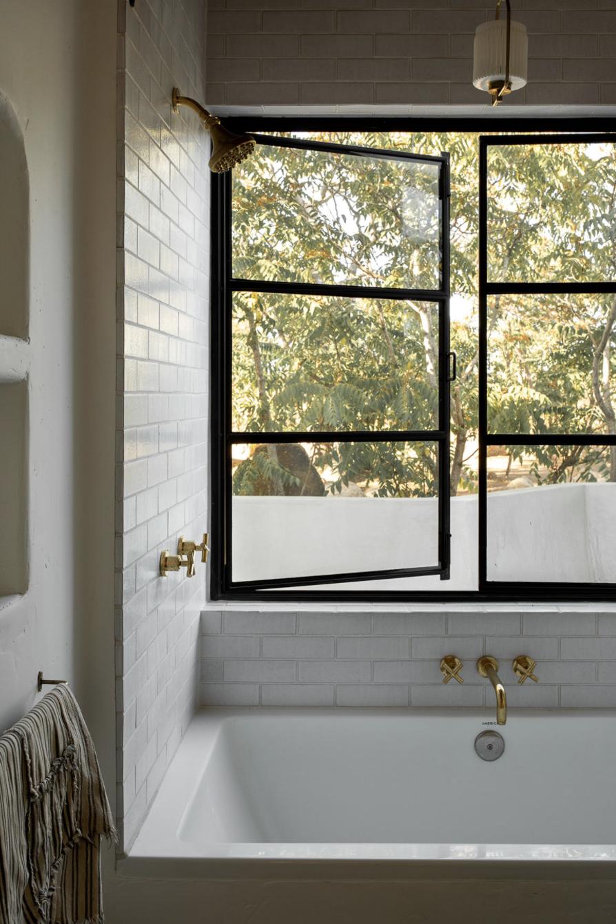 тур по глинобитным домам по современным пустыням, ванна и окна