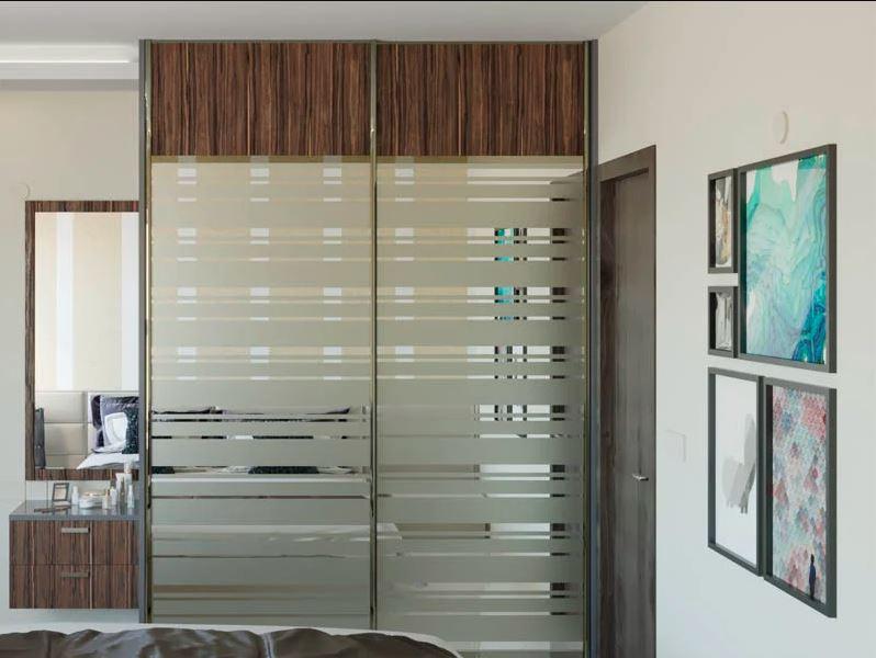 зеркальный шкаф с деревянной отделкой
