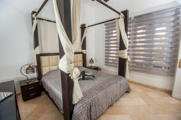 горизонтальные жалюзи в спальне