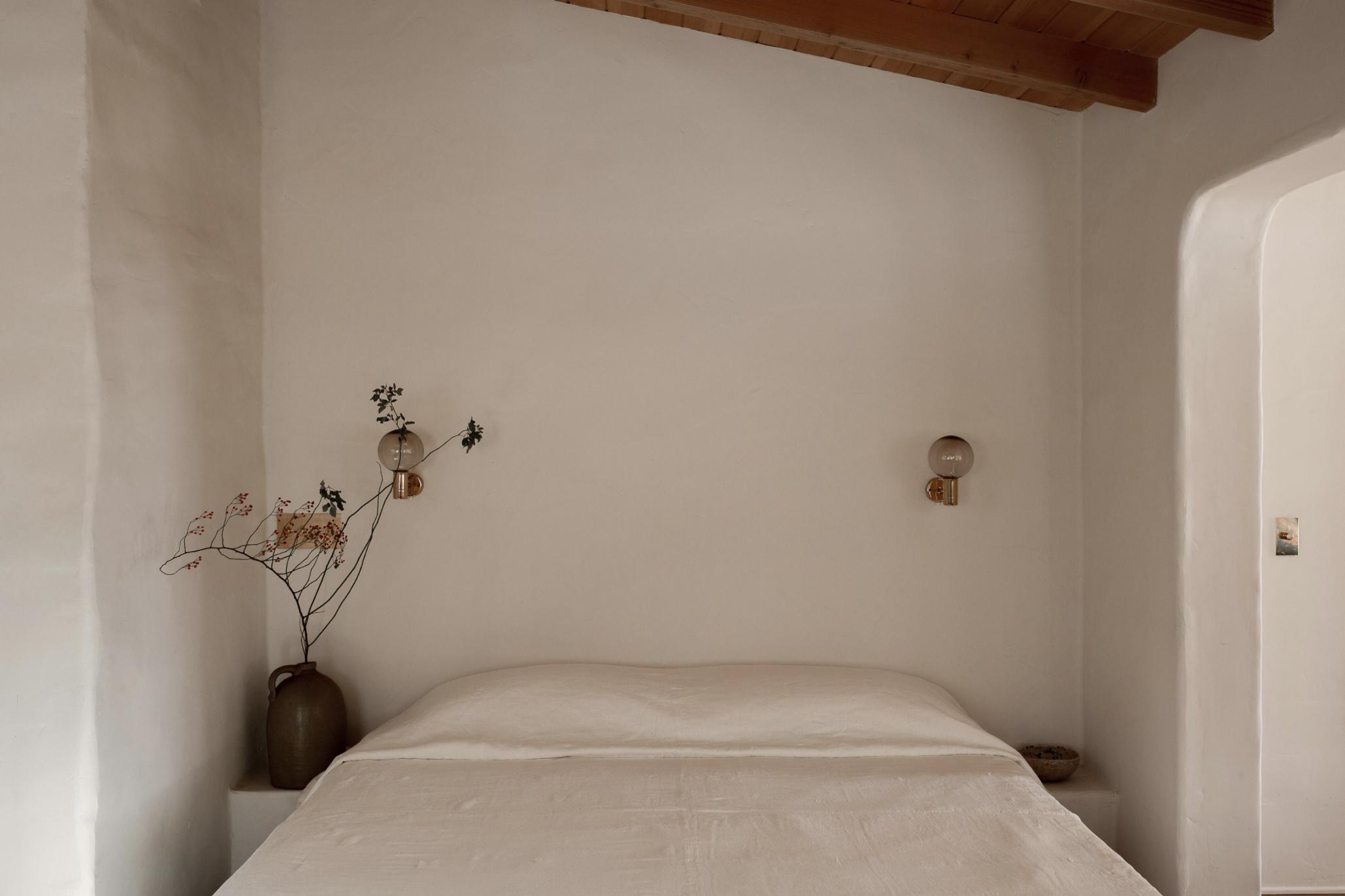 современный глинобитный дом в пустыне тур в спальне в стиле минимализма