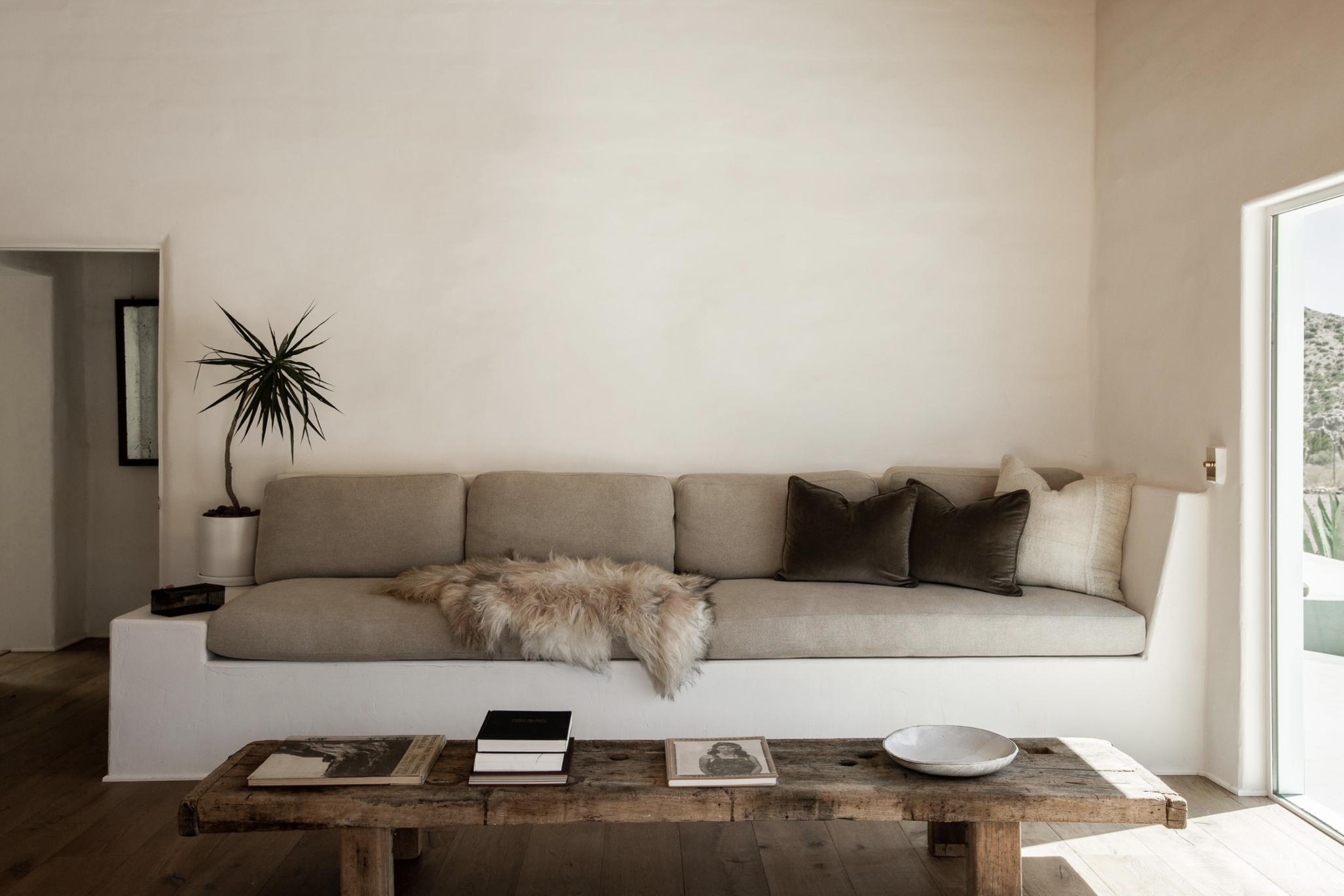 современный глинобитный дом в пустыне тур в гостиную, встроенный в диван